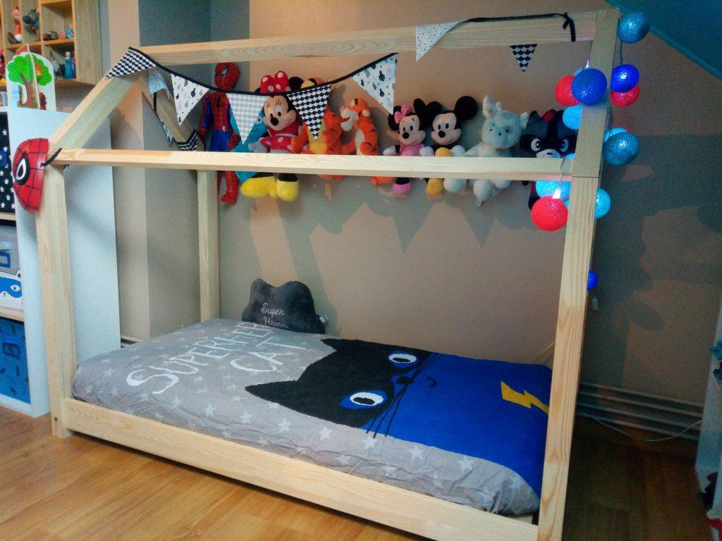 dans la chambre de p 39 tit chaton avec son lit gribouille ta chambre maman cat. Black Bedroom Furniture Sets. Home Design Ideas